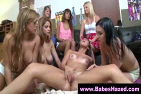 في سن المراهقة مع الثدي مثقوب الملاعين نفسها والنافورات في كل مكان.