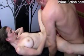 خنثي الهزات قبالة و cums على صدرها.