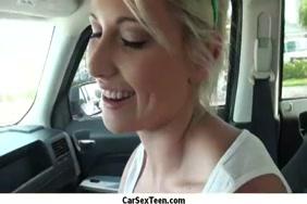 سخيف فتاة صغيرة في السيارة.