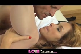 زوجة مفلس تأخذ نائب الرئيس في الفم بعد creampie عن طريق الفم.