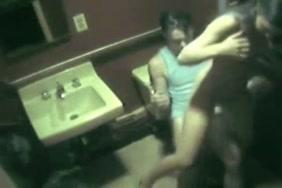 صبي يتبول على نفسه في المرحاض.